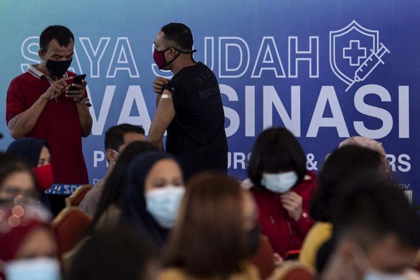 Peserta menunjukkan bekas suntikkan vaksinasi COVID-19 Astrazeneca di Sentra Vaksinasi Central Park dan Neo Soho Mall, Jakarta Barat.  Perusahaan air minum Aqua menegaskan, komitmennya untuk mendukung program vaksinasi Covid-19 di Indonesia melalui pemberian lebih dari 3,3 juta botol air minum berkualitas yang disalurkan sepanjang tahun 2020 dan 2021 kepada masyarakat dan fasilitas kesehatan di seluruh Indonesia.