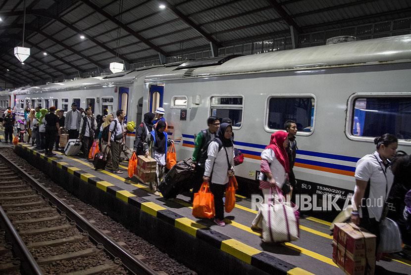 Peserta mudik gratis Jasa Raharja menaiki kereta api pada program Mudik Bareng BUMN Mudik Bareng Guyub Rukun di Stasiun Purwosari, Solo, Jawa Tengah, Sabtu (23/6).