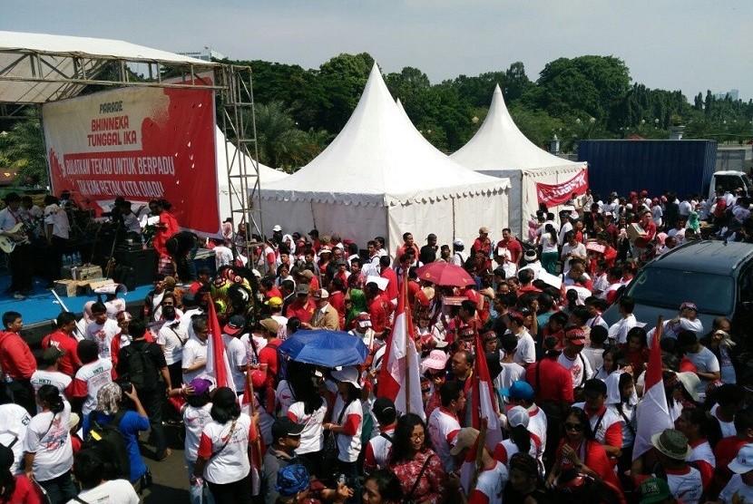 Peserta Parade Bhineka Tunggal Ika yang berlangsung di kawasan Bundaran patung kuda Bank Indonesia (BI), Jakarta Pusat, Sabtu (19/11).