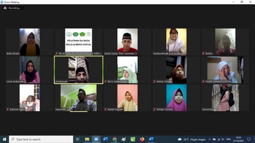 Peserta pelatihan dai muda dengan menggunakan media digital yang diadakan oleh STAI Al Aulia Bogor mengikuti review naskah, materi buku dan video secara daring, Rabu (27/10).