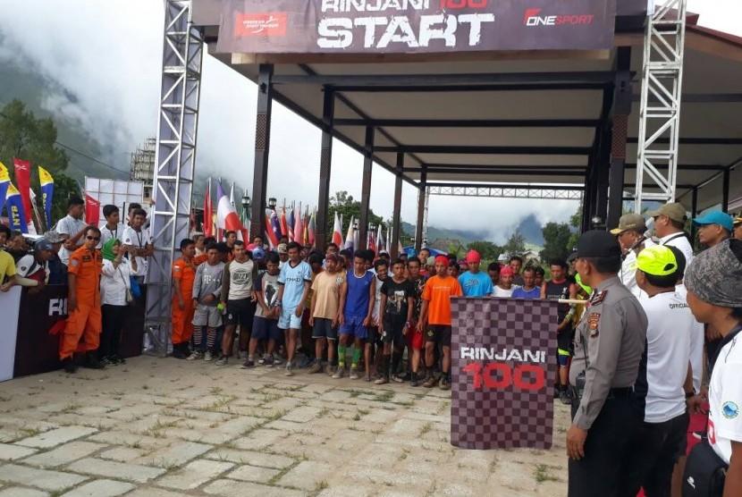Peserta Pergasingan Challenge, lomba lari antar porter di Gunung Rinjani memulai start di Sembalun, Lombok Timur, NTB, Jumat (5/5) sore.