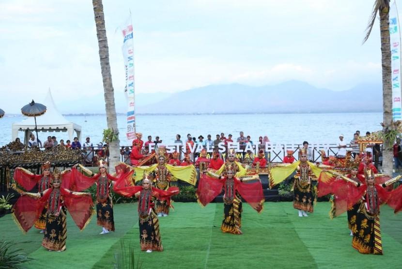 Peserta program BSBI - Banyuwangi saat memeriahkan acara Festival Selat Bali pada 7 Agustus 2019.