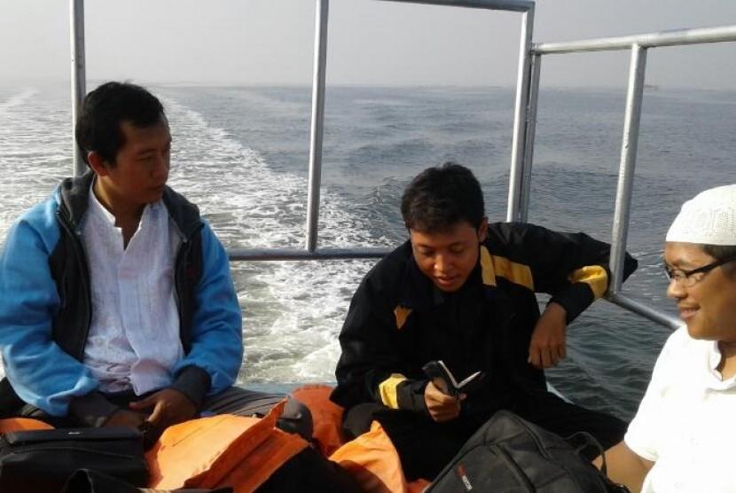 Peserta program tahfiz Alquran sedang di atas kapal menuju Pulau Kelapa.