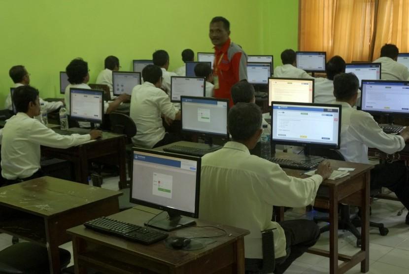 Ujian Seleksi Tenaga PPPK: Peserta rekrutmen Pegawai Pemerintah dengan Perjanjian Kerja (PPPK) mengerjakan soal berbasis computer assisted test (CAT).