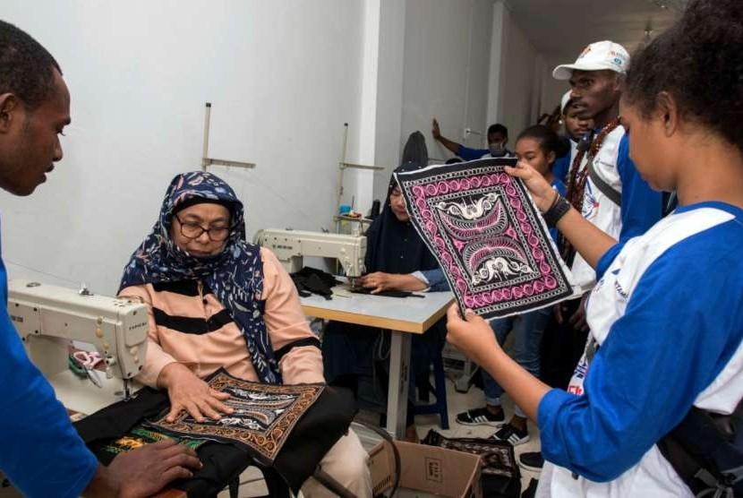 Peserta Siswa Mengenal Nusantara (SMN) asal Papua mengunjungi salah satu UKM binaan RKB BRI dan melihat langsung pembuatan kerajinan tas bordir khas Aceh.
