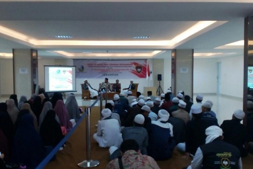 Peserta tengah mendengarkan paparan materi dalam seminar di Ponpes Al-Idrisiyah Kecamatan Cisayong Kabupaten Tasikmalaya Jawa Barat, Kamis (28/6).