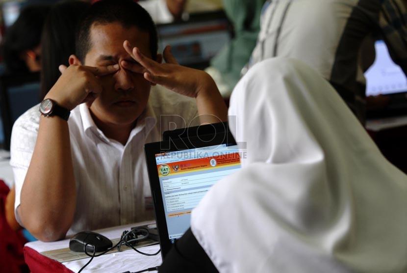 Peserta tes Calon pegawai Negeri Sipil (CPNS) melakukan simulasi tes secara online di kawasan Senayan, Jakarta. (Republika/ Yasin Habibi)
