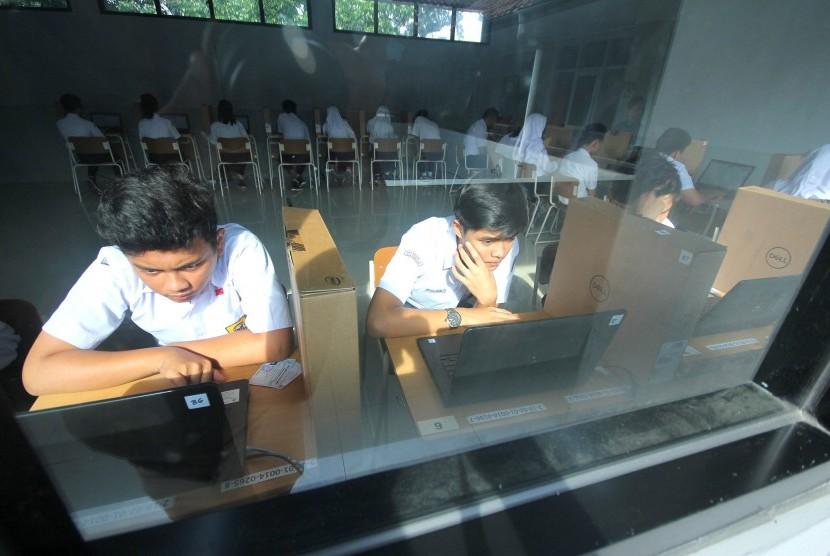 Peserta ujian mengerjakan soal saat Ujian Nasional Berbasis Komputer (UNBK) - ilustrasi