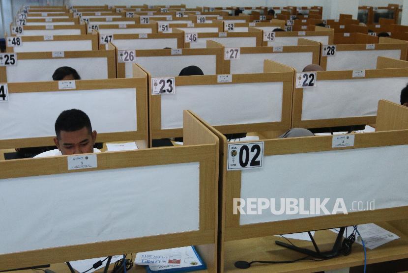 Peserta Ujian Tulis Berbasis Komputer (UTBK) menjawab soal pada pelaksaan ujian gelombang pertama, Sabtu (13/4).
