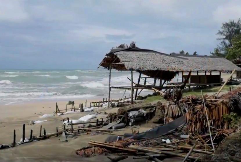 Pesisir pantai Anyer, Banten pascabencana tsunami (ilustrasi).