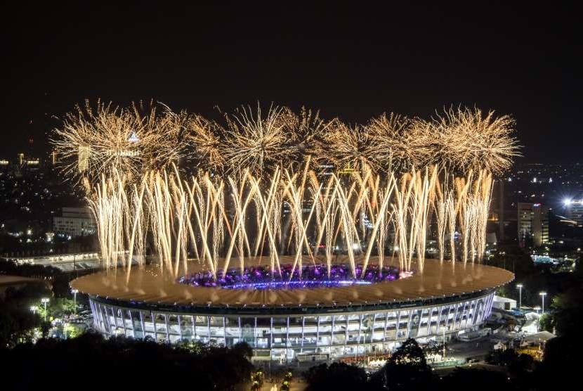 Pesta kembang api menyemarakkan Upacara Pembukaan Asian Games ke-18 Tahun 2018 di Stadion Utama GBK, Senayan, Jakarta, Sabtu (18/8).