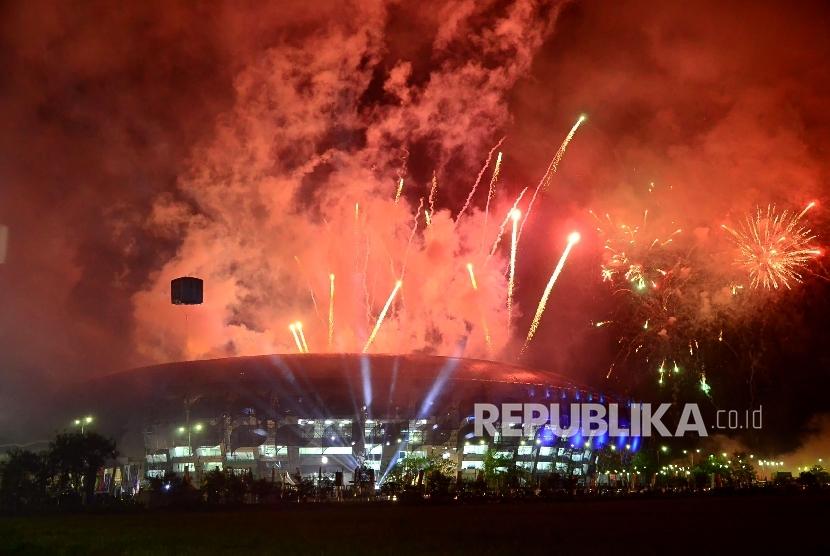 Pesta kembang api mewarnai penutupan PON XIX di Stadion Bandung Lautan Api (GBLA), Kota Bandung, Kamis (29/9).