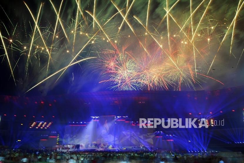 Pesta kembang api pada acara puncak penutupan PON XIX Jabar