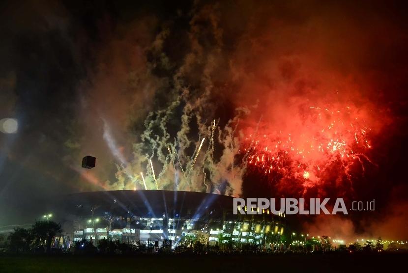 Pesta kembang api pada penutupan PON XIX 2016 di Stadion Gelora Bandung Lautan Api (GBLA), Kota Bandung, Kamis (29/9).