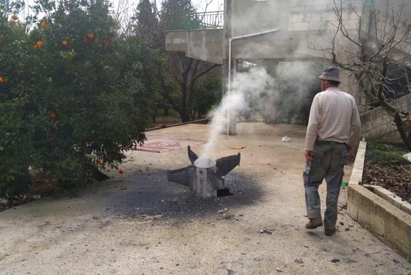 Petani Lebanon melihat rudal yang menurut kantor berita Lebanon adalah bagian dari rudal pertahanan udara Suriah yang menargetkan pesawat tempur Israel di Hasbani, Lebanon, 10 Februari 2018.