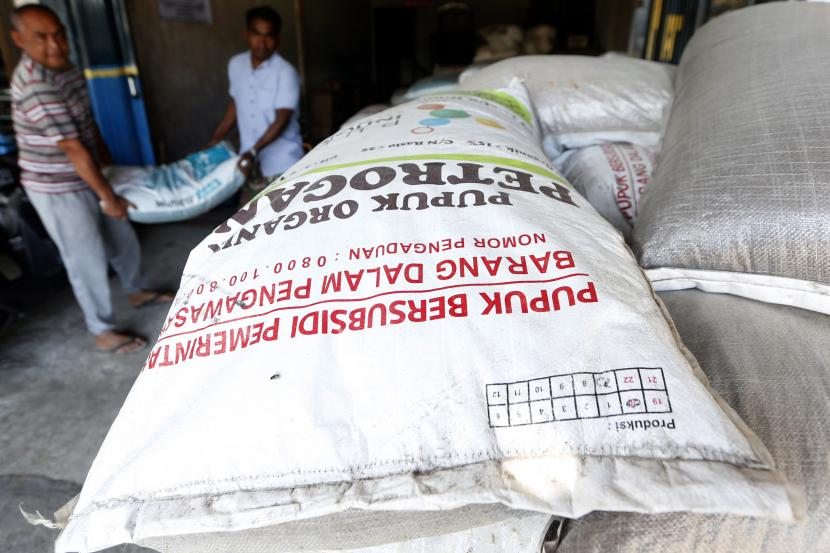 Petani membawa pupuk untuk kebutuhan tanaman padi. (Ilustrasi)