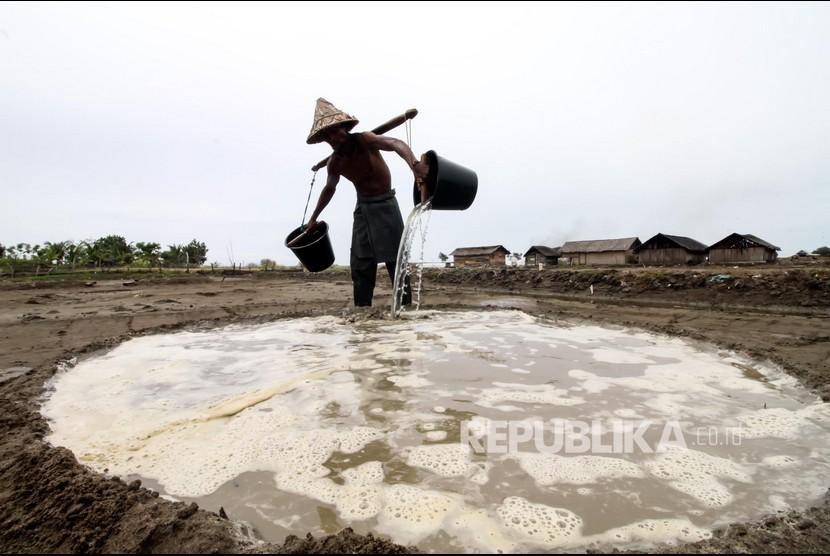Petani mengangkut air laut untuk memproduksi garam tradisional di Desa Lancok, Kecamatan Syamtalira Bayu, Aceh Utara, Aceh, Rabu (23/6/2021). Harga garam petani tradisional turun Rp4.500 per kilogram dari sebelumnya Rp7.000 per kilogramnya akibat dampak pandemi COVID-19.