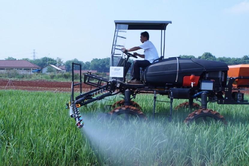 Petani mengguanakan peralatan pertanian moderen