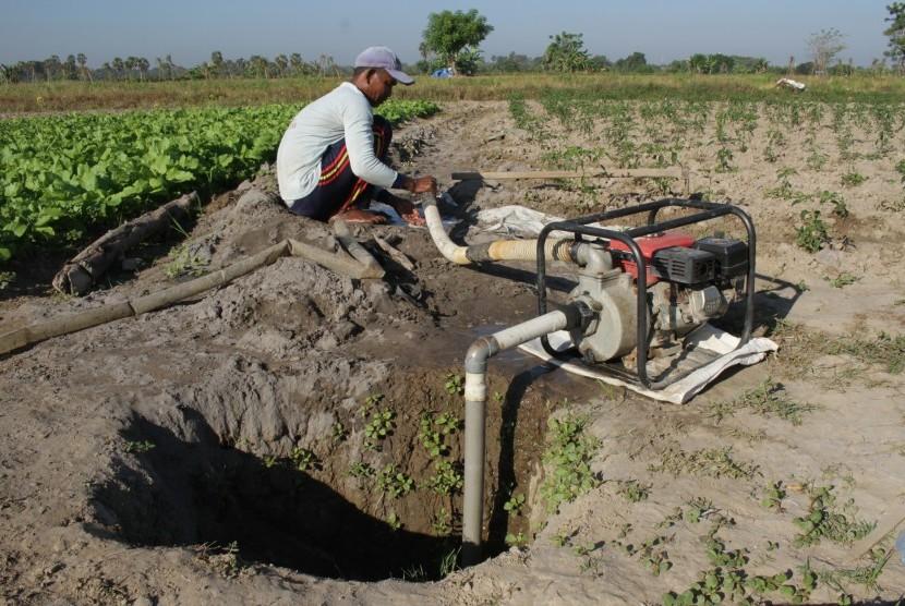 Petani menyedot air dari sumur bor untuk menyiram tanaman di area persawahan tadah hujan di Kecamatan Galesong Utara, Takalar, Sulawesi Selatan, Kamis (27/6/2019).