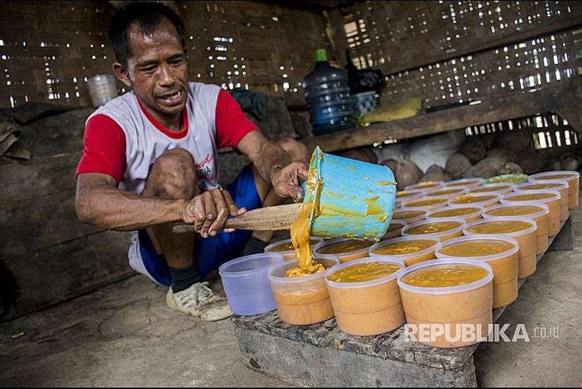 Petani menyelesaikan pembuatan gula merah dari bunga pohon kelapa di desa Ciracap, Sukabumi, Jawa Barat, Minggu (7/10). Setiap hari petani tersebut mampu menyadap 100 pohon kelapa untuk mendapatkan 30 kg gula merah dengan harga jual Rp10 ribu/kg.
