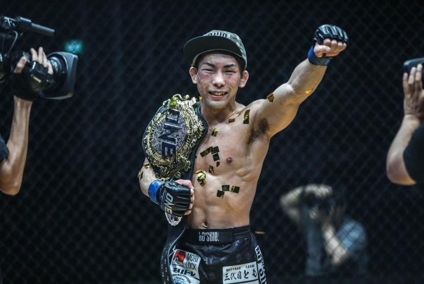 "Petarung asal Jepang, Yosuke ""Tobizaru"" Saruta memangku sabuk gelar juara kelas strawweight yang diraihnya usai mengalahkan Joshua Pacio di Istora Senayan, Jakarta, Sabtu (19/1)."