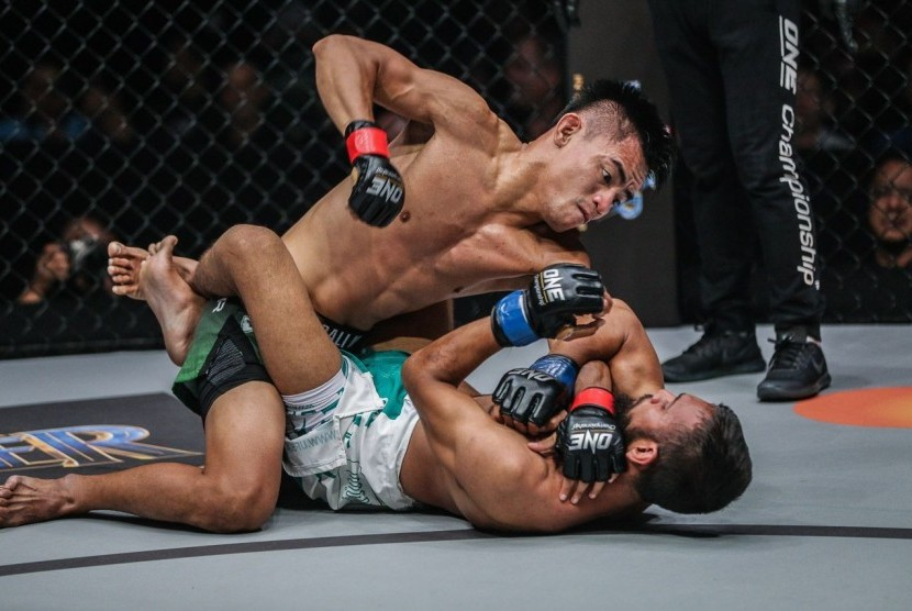 Petarung gaya bebas andalan Indonesia di ajang ONE Championship, Stefer Rahardian (atas).