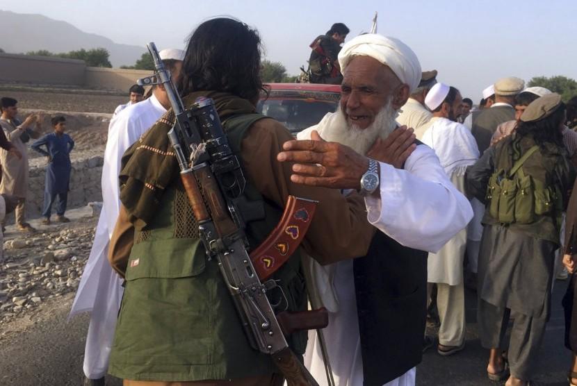 Petempur Taliban berkumpul bersama warga di distrik Surkhroad, Provinsi Nangarhar, Kabul, Afghanistan, Sabtu (16/6).