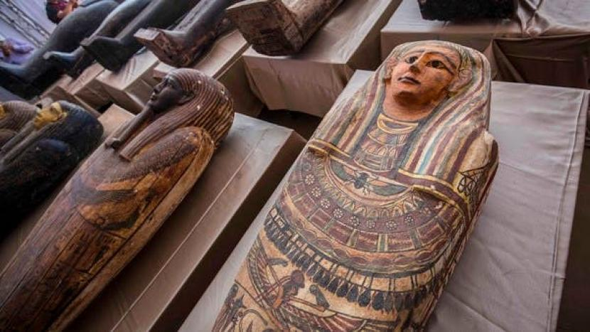 Peti mati yang ditemukan  di pemakaman Saqqara, 30 km selatan ibu kota Mesir Kairo, pada 3 Oktober 2020. (AFP)