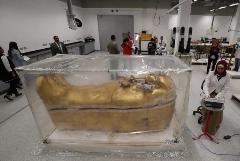 Peti Tutankhamun berlapis emas.
