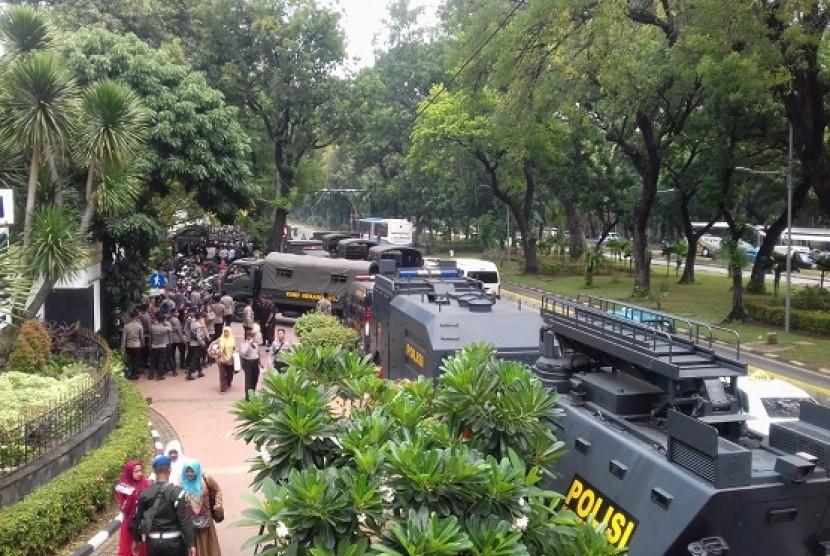 Petigas kepolisian berjaga di sekitar kawasan Patung Kuda, di Jalan Merdeka Barat, Jumat (26/10)
