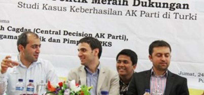 Petinggi AK Parti, ki-ka Salih Cagdas (Central Decision AK Party), Adem Ali Yilmas (Ketua Bidang Kepemudaan) dan Enes Sisman (Ketua dakwah pemuda Universitas).