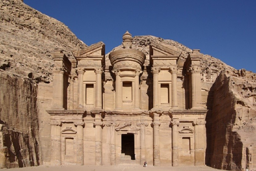 Petra di Yordania merupakan salah satu peninggalan arkeologi dunia.