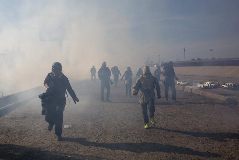 Petugas AS menembakkan gas air mata ke arah migran di perbatasan Meksiko