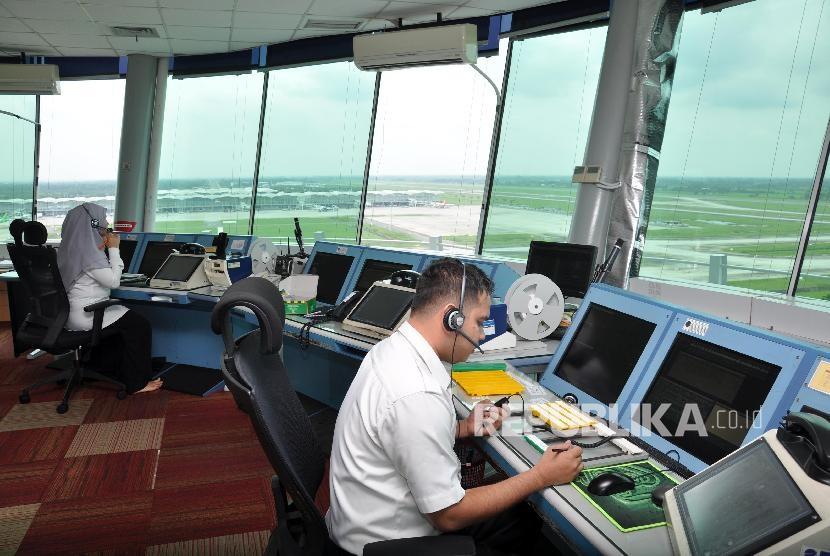 Petugas ATC AirNav Indonesia memanta pergerakan pesawat di Bandara Kualanamu, Kabupaten Deli Serdang, Sumatra Utara. (ilustrasi)
