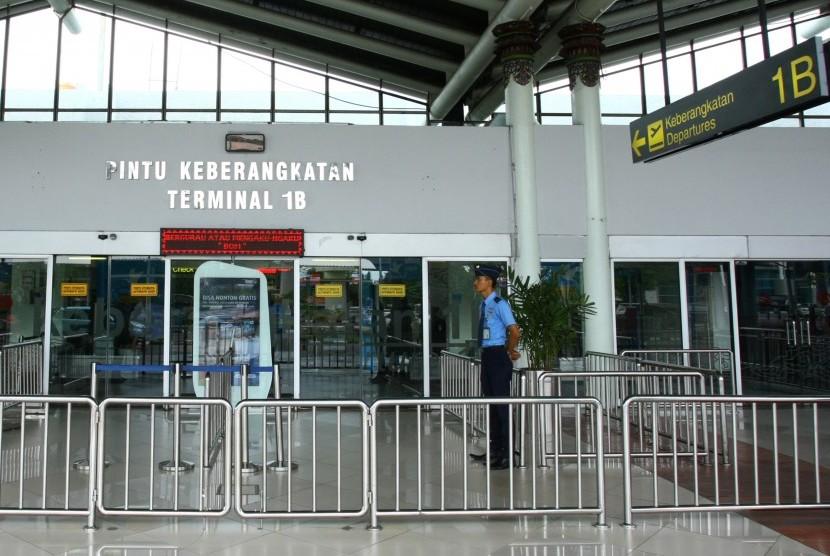 Petugas Avsec berjaga di depan pintu masuk Terminal 1 B Keberangkatan Bandara Soekarno Hatta (Soetta), Tangerang, Banten, Selasa (12/2/2019).