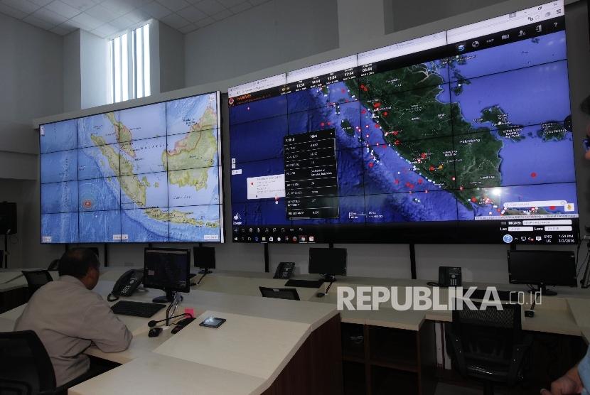Petugas Badan Nasional Penanggulangan Bencana (BNPB) menunjukkan titik gempa yang melanda kepulaan Mentawai, Sumatra Barat di Kantor BNPB, Jakarta.