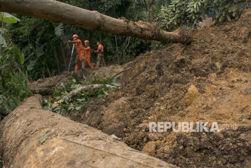 Petugas Badan Penanggulangan Bencana Daerah Jawa Barat melakukan pencarian korban tertimbun longsor di Desa Buninagara, Sindangkerta, Kabupaten Bandung Barat, Jawa Barat, Senin (5/3).