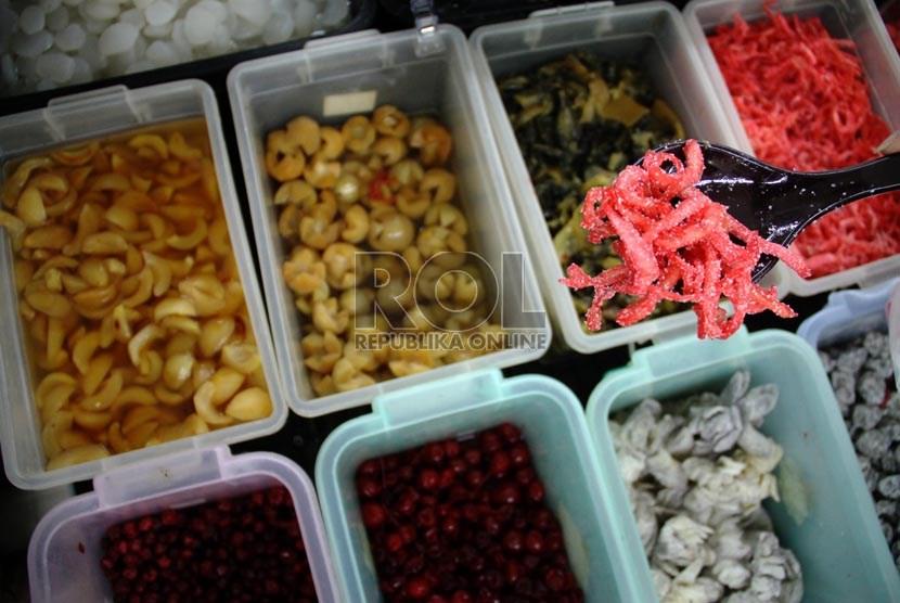 Petugas Badan Pengawas Obat dan Makanan (BPOM) melakukan inspeksi mendadak   (Republika/ Yasin Habibi)