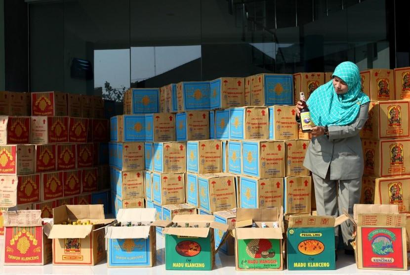 Petugas Badan Pengawasan Obat dan Makanan (BPOM) menunjukan jamu ilegal hasil sitaan di kantor BPOM DI Yogyakarta, Rabu (30/3).