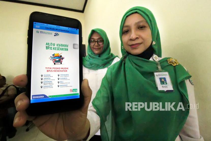 Petugas Badan Penyelenggara Jaminan Sosial (BPJS) menunjukkan Aplikasi Mudik BPJS Kesehatan di Lhokseumawe, Aceh, Senin (4/6).