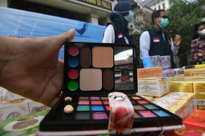 Produk kosmetik dan obat-obatan ilegal yang diamankan polisi. (Ilustrasi)