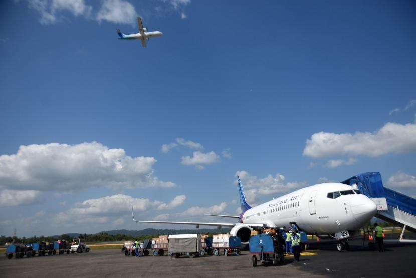 Petugas bandara menurunkan bagasi penumpang di Bandara HAS Hanandjoeddin, Belitung, Kepulauan Bangka Belitung.