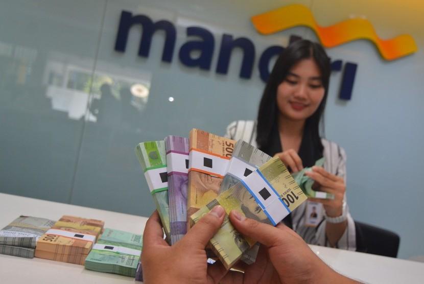Petugas Bank Mandiri. (ilustrasi)