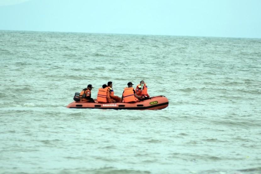 Petugas Basarnas Lampung melakukan pencarian korban pascatsunami, di pantai pesisir Desa Way Muli, Kalianda, Lampung Selatan, Lampung, Senin (24/12/2018).