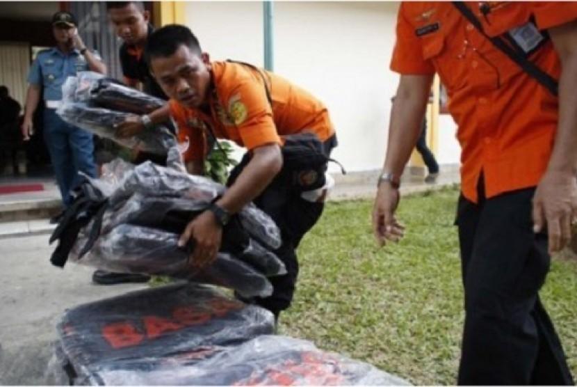 Petugas Basarnas menyiapkan kantung jenazah untuk evakuasi korban penumpang AirAsia QZ 8501, di Pangkal Pinang, Bangka, Selasa (30/12).