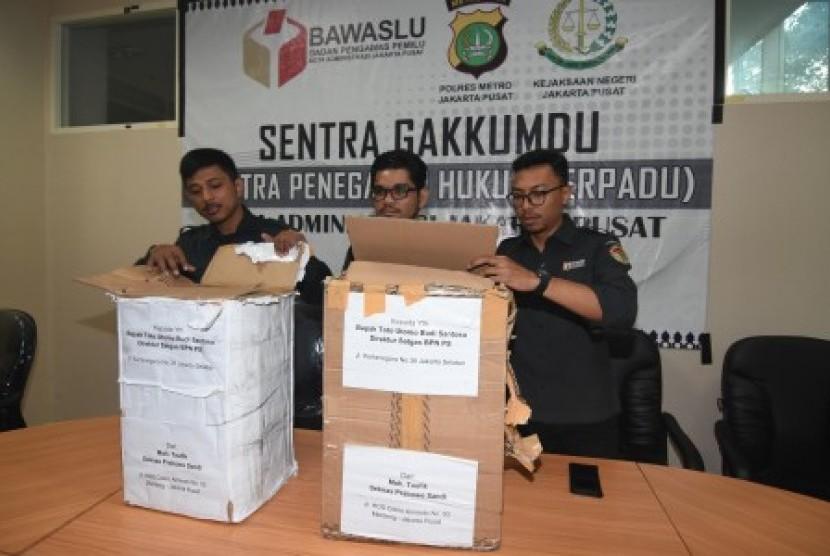 Petugas Bawaslu Jakarta Pusat menunjukkan kardus berisi ribuan form C1 Pemilu yang diamankan polisi dari sebuah mobil yang melaju di kawasan Menteng, Jakarta, di Gedung Bawaslu Jakarta Pusat, Senin (6/5/2019). Pihak Bawaslu mengatakan masih akan melakukan investigasi dan pemeriksaan terhadap temuan ribuan form C1 dari wilayah Boyolali dan sejumlah daerah lainnya tersebut.