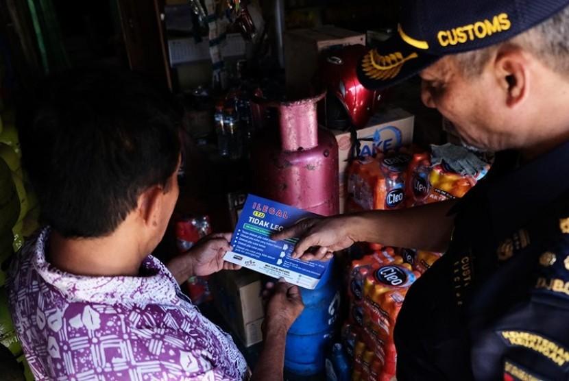 Petugas Bea Cukai berkeliling mengunjungi toko-toko dan kios-kios kecil yang menjual rokok untuk memberikan edukasi terkait rokok ilegal.