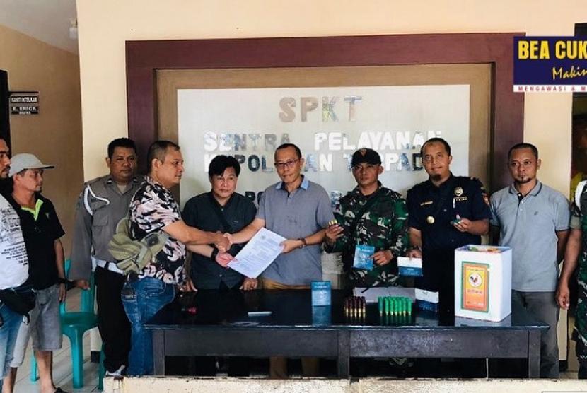 Petugas Bea Cukai di perbatasan Nanga Badau – Malaysia berhasil mengamankan seorang pelintas batas yang kedapatan membawa 62 butir peluru bomen yang digunakan untuk berburu.