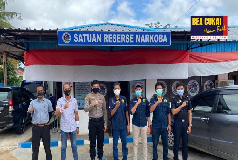 Petugas Bea Cukai gagalkan penyelundupan narkotika yang disembunyikan dalam paket kiriman ke wilayah Sorong. Paket yang berasal dari daerah Garut, Jawa Barat tersebut berhasil diamankan Bea Cukai di kantor jasa ekspedisi bekerja sama dengan Kepolisian Resort Sorong.