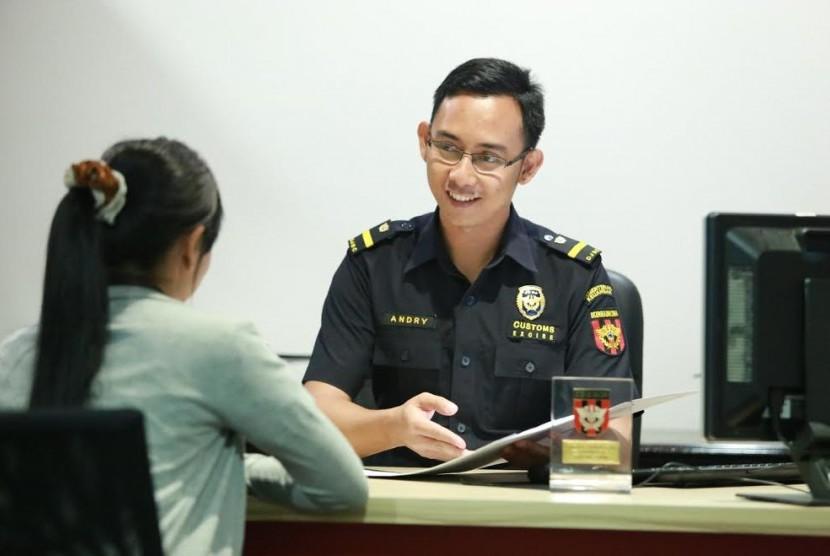 Petugas Bea Cukai melayani kemudahan impor.